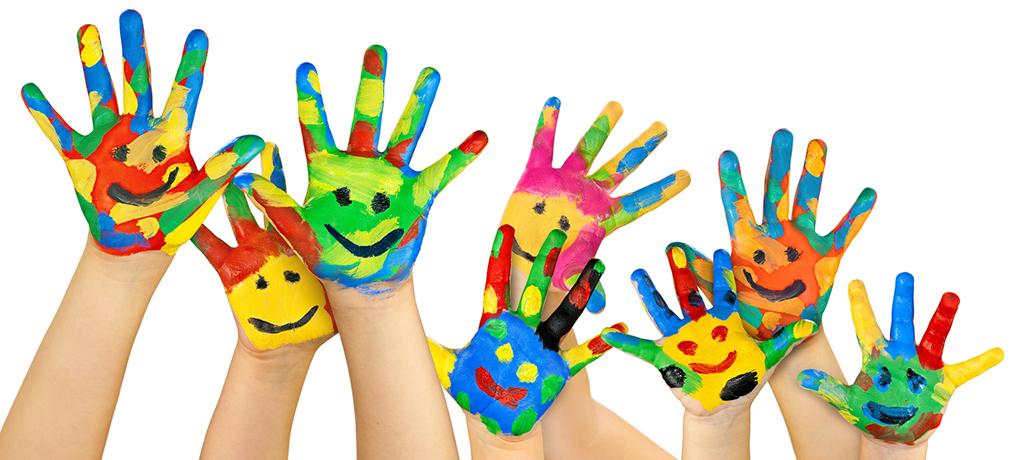 viele bunte bemalte Kinderhände